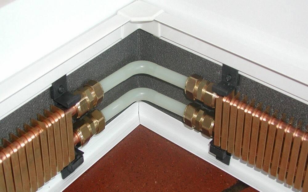 2 способа монтажа теплого плинтуса - электрический и водяной вариант подключения.