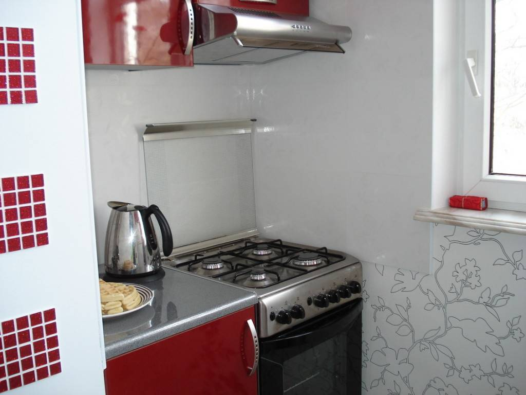 Чем закрыть стену за газовой плитой, как защитить фартук на кухне от жира?