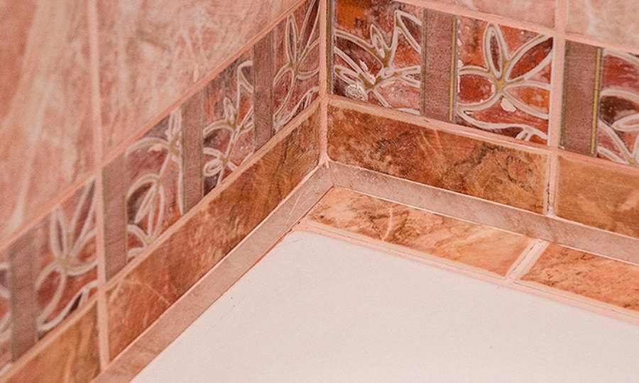 Как приклеить уголок для ванны, виды самоклеющихся бортиков, фото