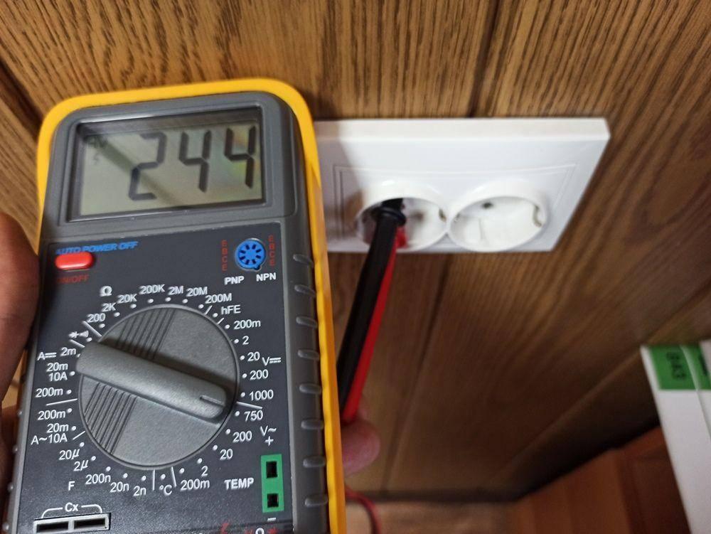 Как проверить напряжение в розетке мультиметром - советы и инструкция