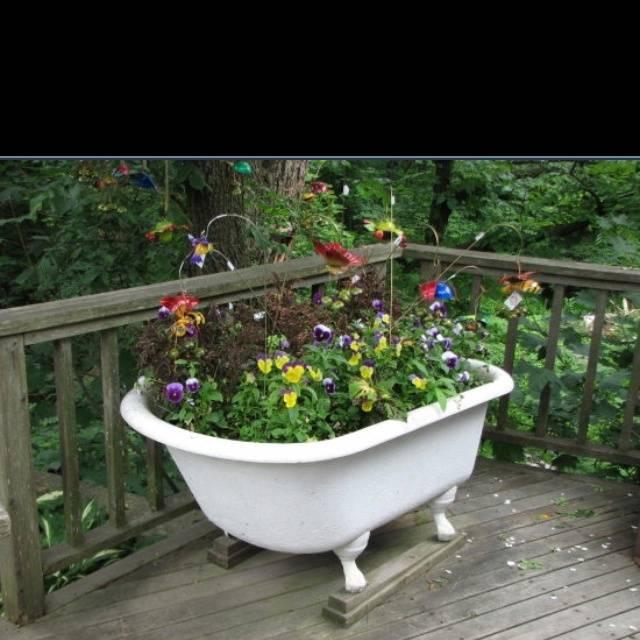 Что можно сделать из старой ванны на даче: оригинальная клумба, маленький пруд, уютный диван (37 фото)