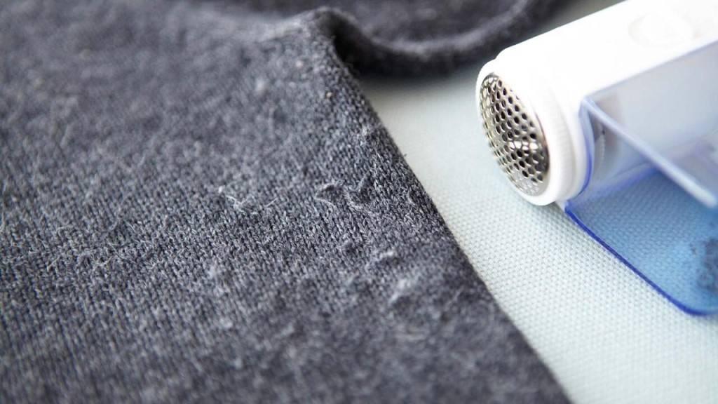Как убрать катышки с одежды в домашних условиях без машинки, чем удалить катышки со штанов, свитера, кофты и шапки